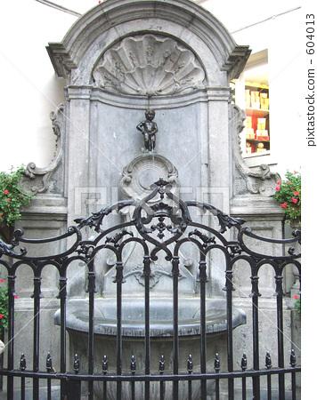 图库照片: 丘比特雕像向喷泉里撒尿 喷泉 比利时