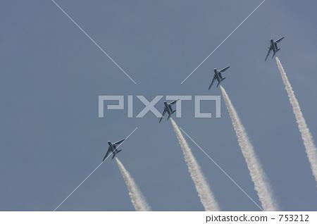 蓝天 烟 喷气式飞机