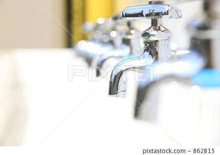图库照片: 小白领结 供水 水龙头