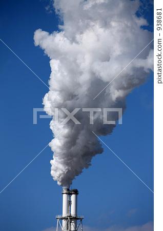 照片素材(图片): 白烟 烟囱 蓝天