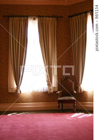 图库照片: 在窗户旁 窗边 椅子