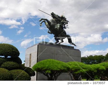 照片: 骑马的雕像 山形县 石像