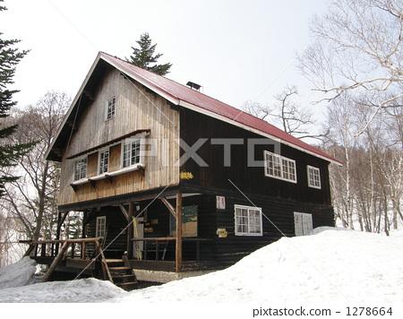山野中的小木屋 积雪 晴朗