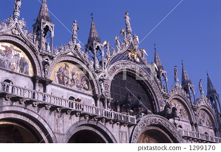 圣马可大教堂 站立雕像 正面