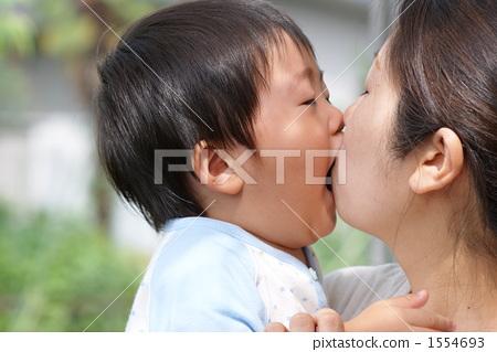 动态可爱小孩吻图