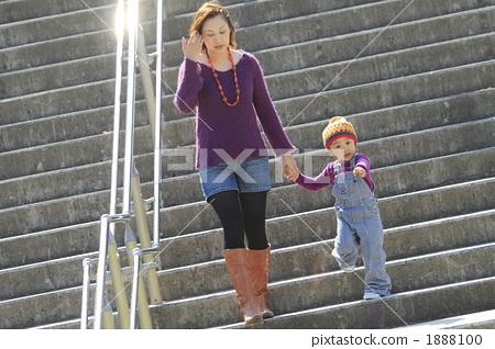 父母和小孩 牵手 人