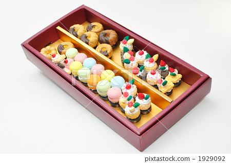 图库照片: 填满盒子 粘土工作 用粘土做东西