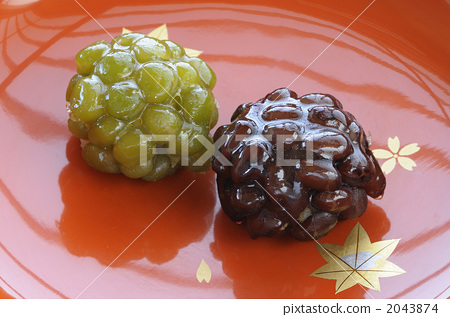 染成斑驳图案的布 含有豆沙馅的年糕 和果子