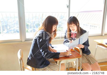 高中女生 学习 高中生-图库照片