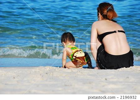 父母和小孩 海滩 宝宝