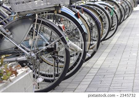 照片素材(图片): 自行车停放 闹市区 自行车