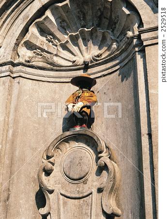 照片: 丘比特雕像向喷泉里撒尿 天 晴朗
