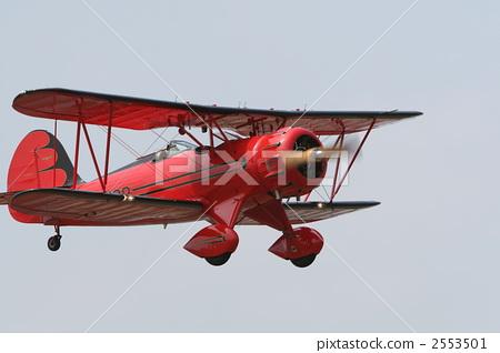 飞机 双翼飞机 低空飞行
