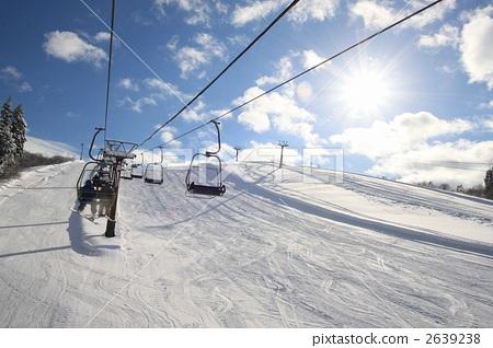 照片素材(图片): 滑雪缆车 举起 滑雪度假村