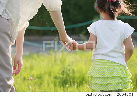 父母和小孩 家庭 手牵手
