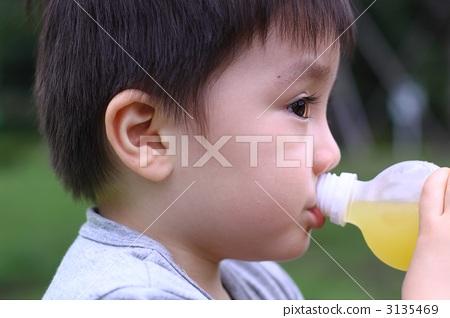 小孩可爱男生低头嘟嘴头像侧面