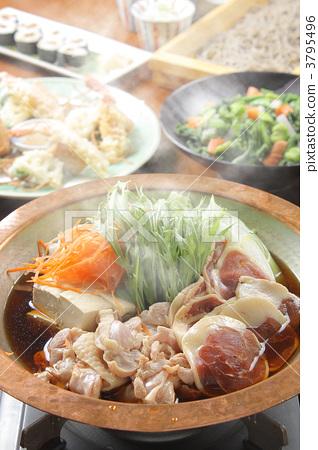 照片素材(图片): 海鲜火窝 锅里煮好的食物 用锅烹饪