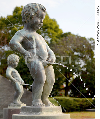 图库照片: 丘比特雕像向喷泉里撒尿 铜像 男孩