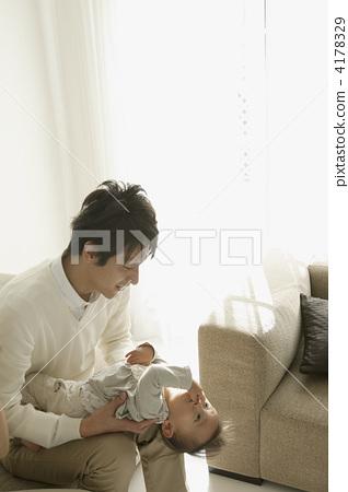 图库照片: 爸爸 拥抱 父母身份