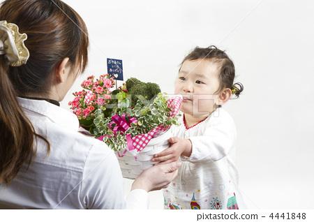 礼物 父母和小孩 展示