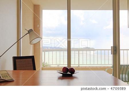 在窗户旁 窗边 桌子