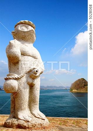 图库照片: 雨衣 河童 丘比特雕像向喷泉里撒尿