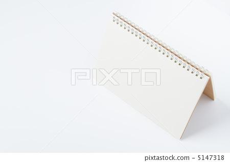 照片素材(图片): 螺旋装订的笔记本 空白页 白色背景