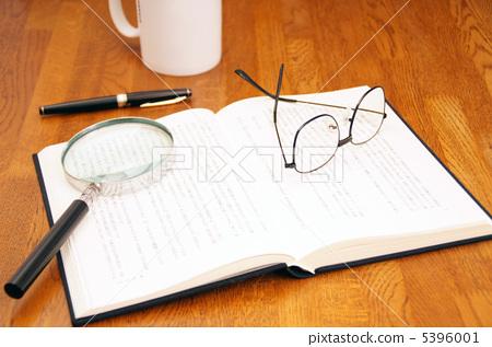 照片 日用品 医疗_医疗用品 眼镜 读书眼镜 书籍 书  *pixta限定素材