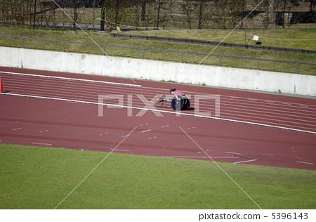 姿势_表情_动作 行为_动作 跑步 跑道 地面 降落  *pixta限定素材仅在