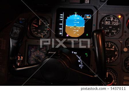 照片素材(图片): 驾驶舱 驾驶员座椅 仪表