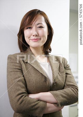 白领丽人 双手交叉 微笑-图片素材 [5743766] - pixta