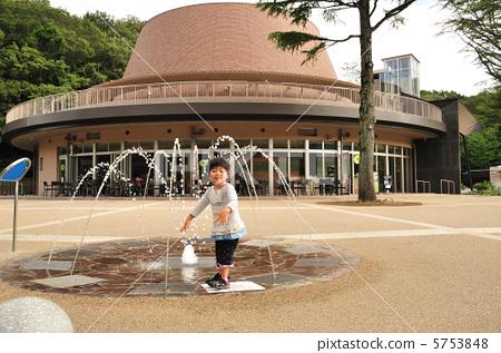 儿童 孩子 喷泉