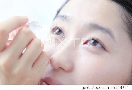 眼药水 眼药水 洗眼 滴药的眼睛  图库照片#5914224 授权信息此素材