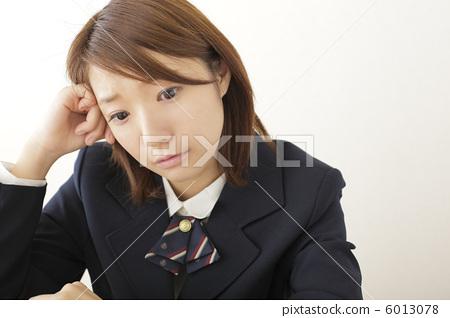 照片素材(图片): 高中女生 补习班 注视镜头