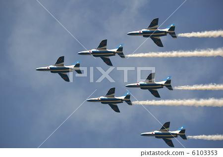 休闲_爱好_游戏 玩耍 纸飞机 机场秀 战斗机 飞机  *pixta限定素材仅