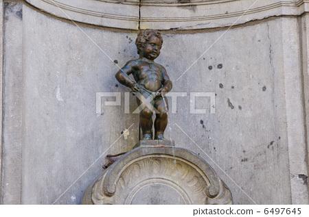 图库照片: 丘比特雕像向喷泉里撒尿 铜像 雕像