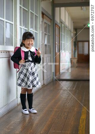 走廊 小学生 小学一年级学生
