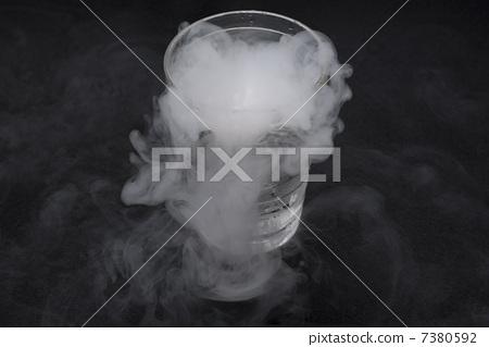 姿势_表情_动作 行为_动作 干杯 干冰 冰袋 烟雾  *pixta限定素材仅在