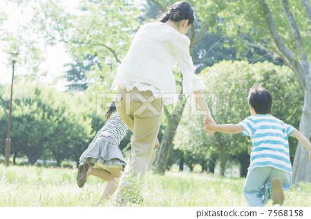 照片素材(图片): 父母和小孩 亲子 妈妈