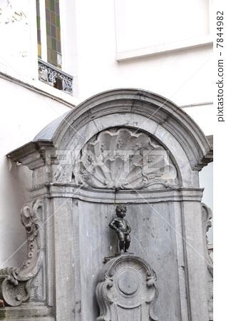 照片: 丘比特雕像向喷泉里撒尿 幽默 清澈