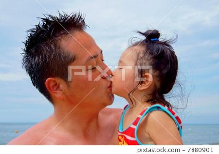 父母和小孩 父子 接吻
