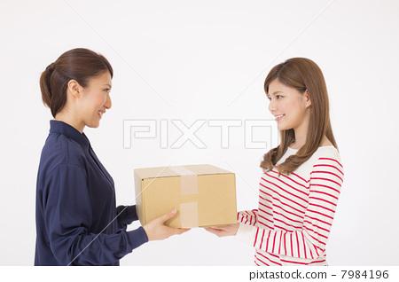 包裹投递 包裹投递 邮政快递 白色背景  授权信息此素材有模特摄影