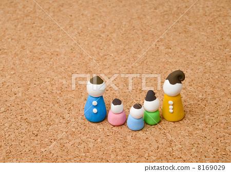 家庭 父母和小孩 用粘土做东西