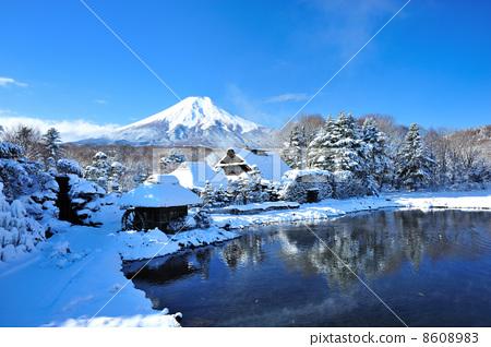 图库照片: 富士山在冬天和一个春天的池塘