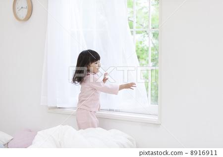 儿童 年轻的女孩 窗边