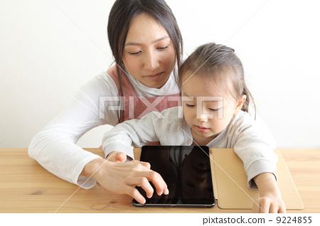 父母和小孩 便笺簿 平板电脑