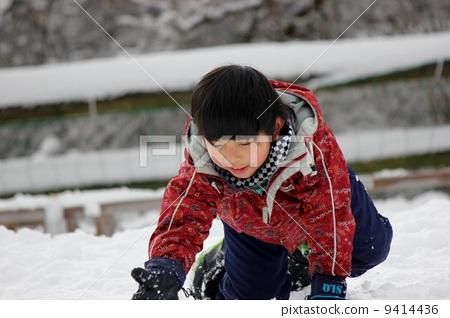 在雪地里玩 男孩们 孩子