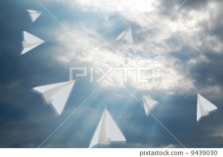 插图素材: 与竞争对手竞争的纸飞机