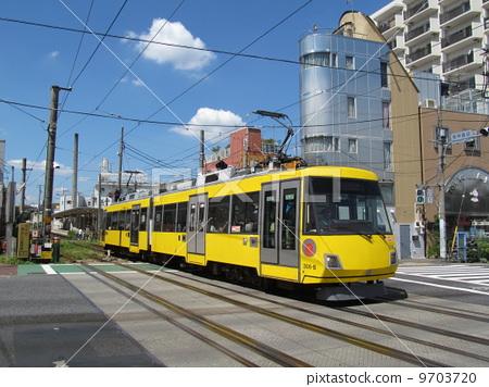 照片素材(图片): 有轨电车 电车轨道 火车