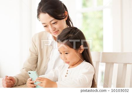 照片素材(图片): 母子 智能手机 智慧手机